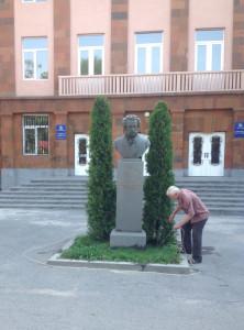 Бюст А.С. Пушкина перед школой носящей его имя