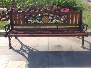 В центре Еревана можно перевести дух на скамейках с гербом города