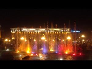 Фонтан на центральной площади Еревана. Разноцветные струи воды выплескиваются в такт музыке, вызывая восторг у местных жителей и гостей столицы.