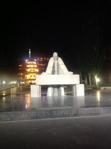 Памятник отцу армянской архитектуры Александру Таманяну перед Каскадом