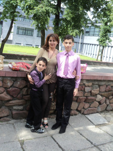 Диана с сыновьями после занатий в армянской воскресной школе