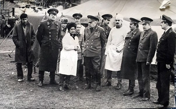 Женщина в халате - министр здравоохранения Армении, рядом -  генерал-полковник Камаров Ф. Т., начальник военной медицинской службы и полковник Сацукевич В. Л. с группой офицеров